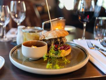 """Saftig hamburger """"Home made style"""" Restaurant Ministeren"""