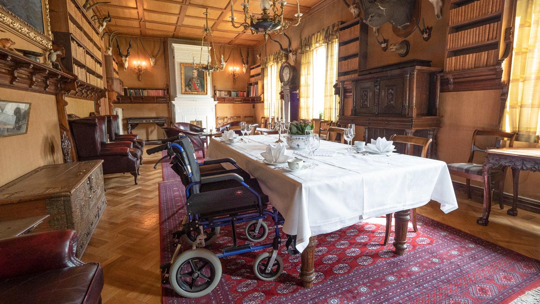 Selskap i biblioteket i Herregården. Plass til rullestol