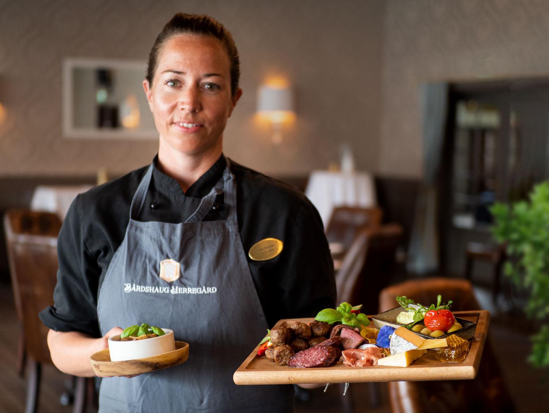 Kjøkkensjef Linda Bjørgan presenterer Lokalmatstallerken